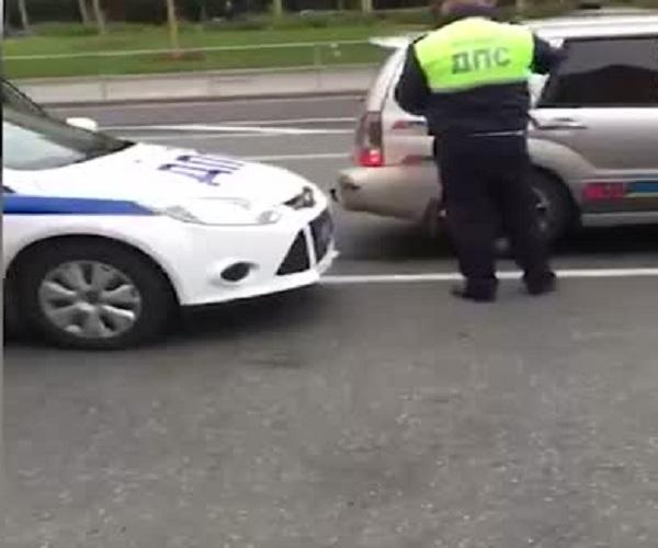 Сотрудники ДПС огнетушителем разбили стекло машины нарушителя