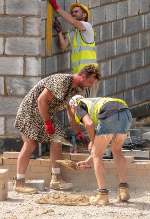 В Великобритании строители пришли на работу в платьях и юбках (7 фото)