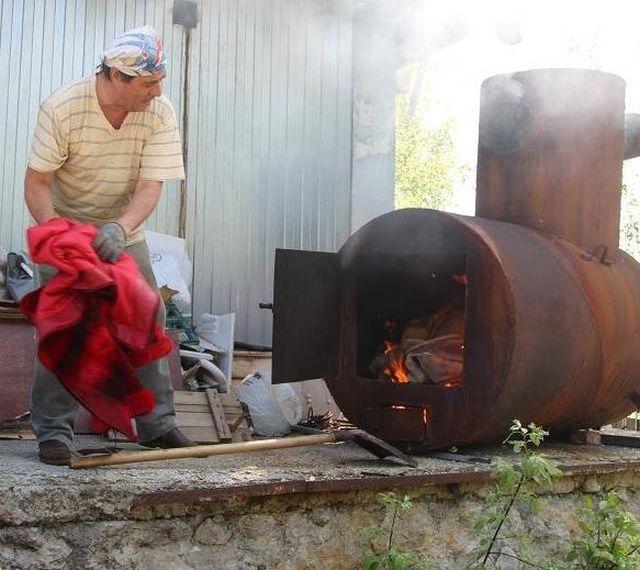 В Томске сожгли 53 меховые шубы (4 фото)