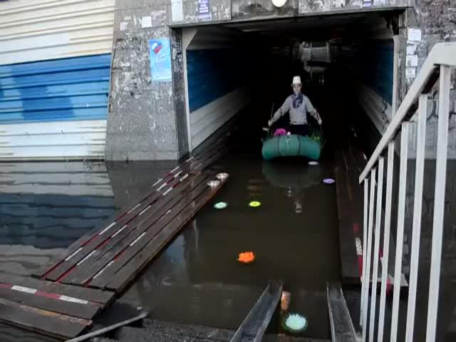 """""""Венецианский карнавал"""" в затопленном пешеходном переходе"""