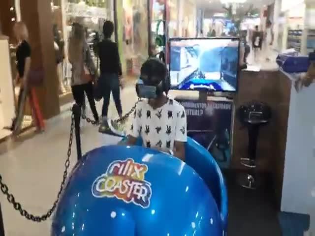 Парень слишком увлекся виртуальной реальностью