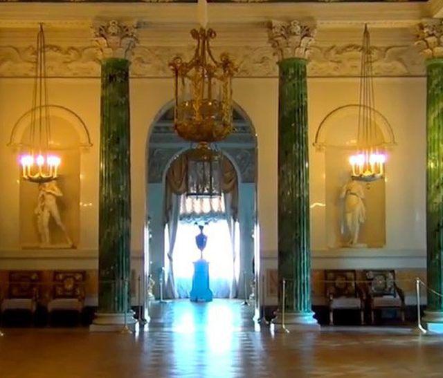 Пьяный вор проспался в Павловском дворце и совершил кражу (2 фото)