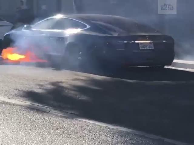 В Лос-Анджелесе сгорел электрокар Tesla режиссера Майкла Морриса
