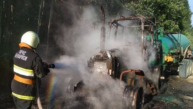 Пьяный тракторист забыл снять стояночный тормоз, и вот, чем это закончилось (3 фото)