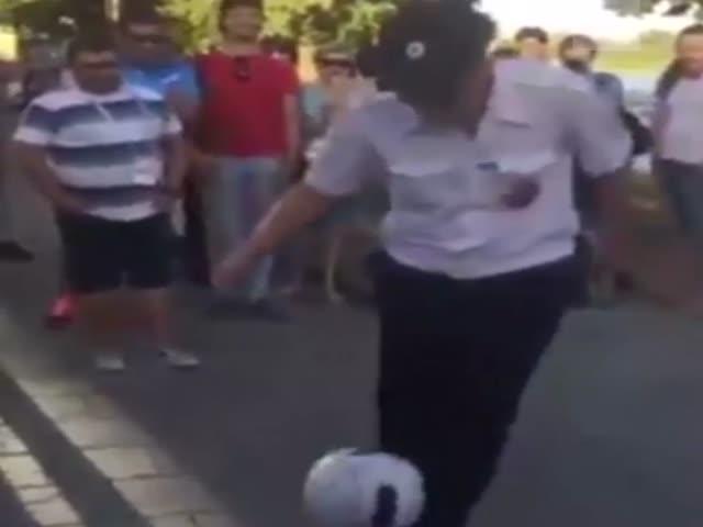 Полицейский продемонстрировал мастерство владения мячом