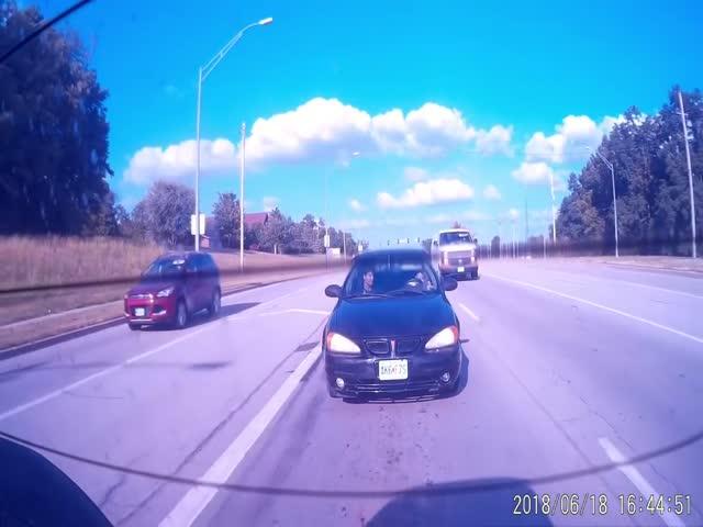 Реакция водителя и пассажира, попавших в глупое ДТП