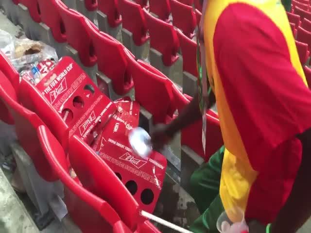 Сенегальские болельщики убирают за собой мусор