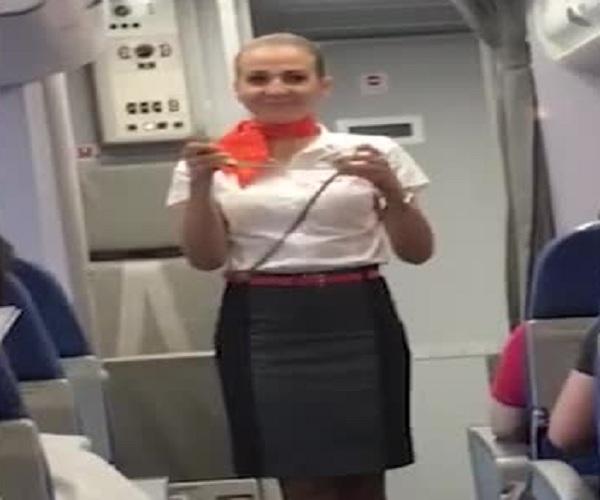 Бразильские болельщики смущают российскую стюардессу