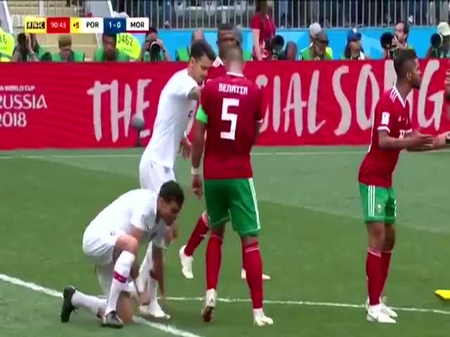Дружеское похлопывание марокканца Мехди Бенатиа сбило с ног португальца Пепе