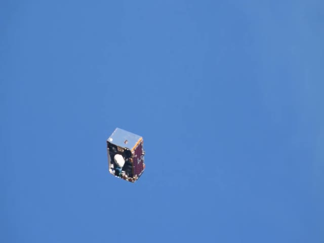 Пролет спутника мимо МКС