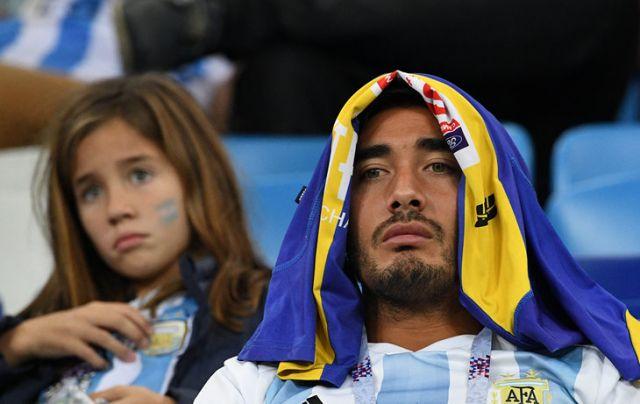 Горе футболистов и болельщиков сборной Аргентины после поражения 0:3 от Хорватии (19 фото)