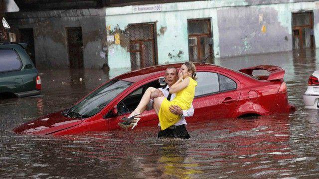 В Нижнем Новгороде парень спас женщин из тонущих машин и стал героем (6 фото)