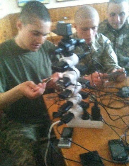 Как заряжают смартфоны в армии (13 фото)
