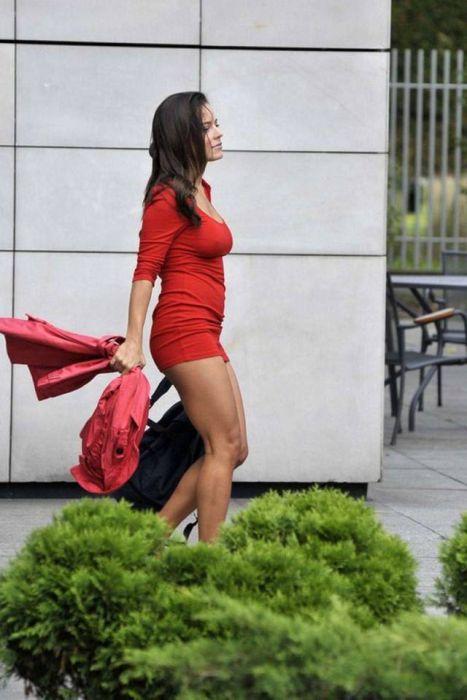 Девушки в обтягивающих платьях (31 фото)