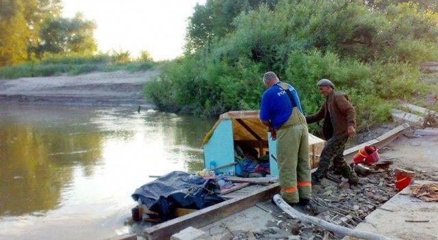 В Алтайском крае пенсионер отправился к сыну на самодельном плоту (4 фото)