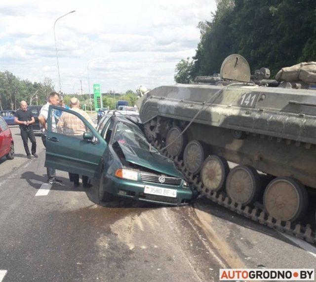 БМП наехала на легковой автомобиль на выезде из Гродно (8 фото + видео)