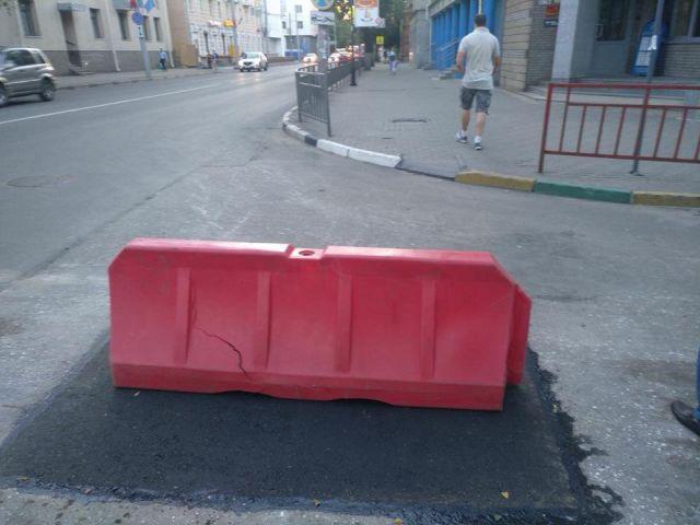 Креативное решение для борьбы с ямами на дорогах (3 фото)