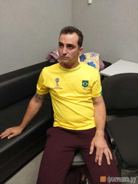 Любовь к футболу сгубила бразильского преступника (3 фото)