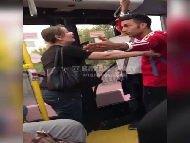 Разборки с колумбийским болельщиком в общественном транспорте Казани