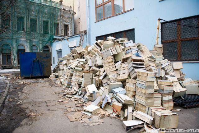 Куча необычного мусора в одном из дворов в Москве (3 фото)