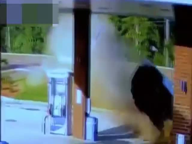 Девушка-водитель протаранила заправку и чудом не пострадала