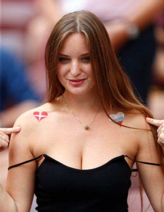 Болельщица, ставшая звездой матча Дания - Франция (4 фото)