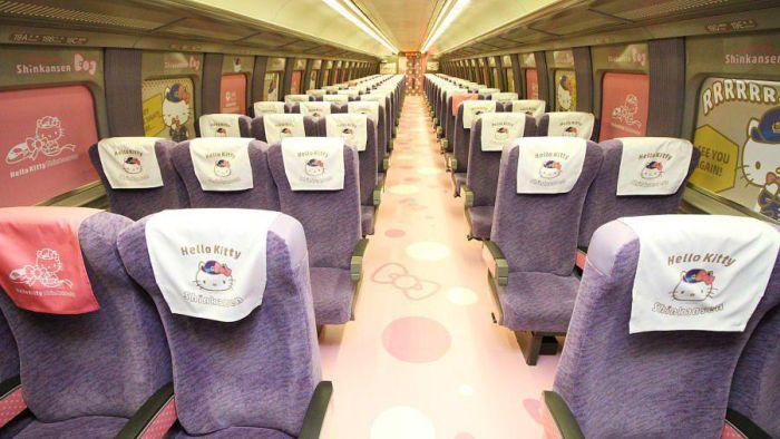 Японский скоростной поезд в стиле Hello Kitty (5 фото)