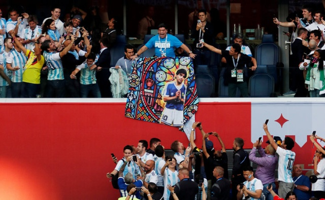 Диего Марадона удивил весь мир своим поведением во матча Аргентина-Нигерия (9 фото + 2 видео)