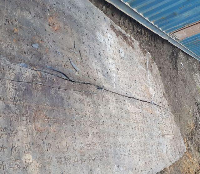 В Корсакове на стройке была найдена старинная японская плита (3 фото)