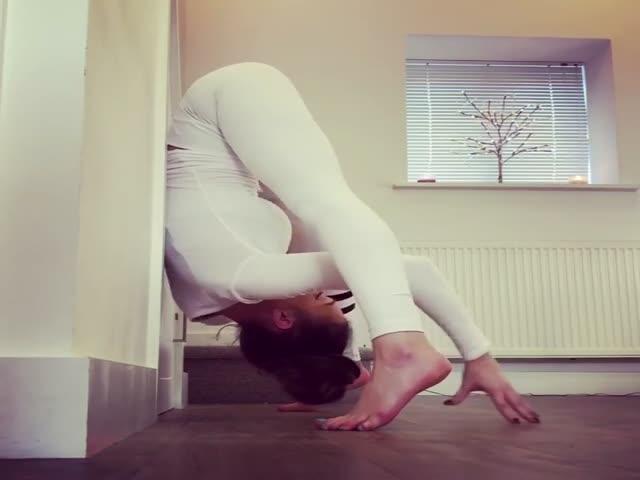 Девушка демонстрирует чудеса гибкости своего тела