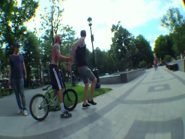 Драка велосипедиста на BMX и прохожего в парке
