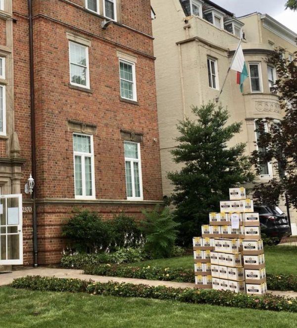 Мексиканские болельщики доставили подарок в посольство Южной Кореи (2 фото + видео)
