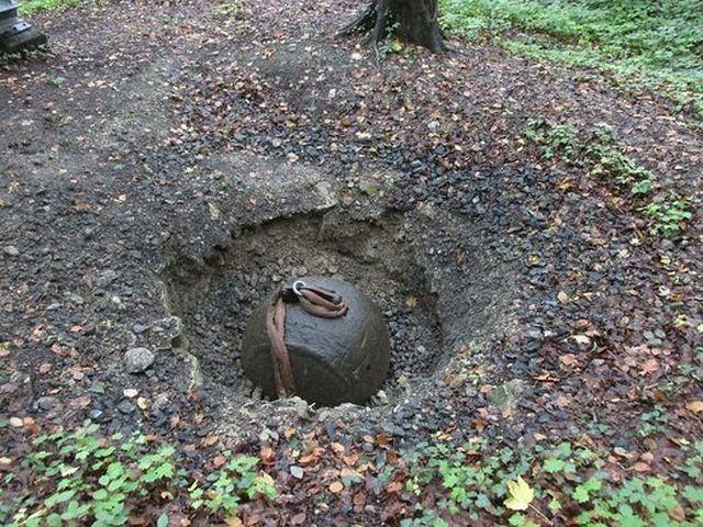 4-тонный стальной шар для создания искусственного землетрясения (6 фото)