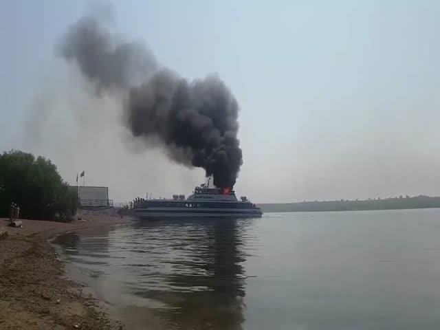 В Иркутске загорелся теплоход с 78 пассажирами на борту