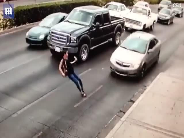Девушка попала под колеса автомобиля в 50 метрах от перехода
