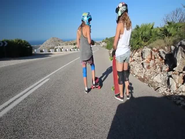 Скоростной спуск девушек на лонгбордах по горному серпантину