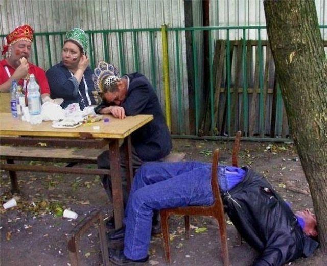 Жующие болельщики в кокошниках стали интернет-знаменитостями (11 фото)