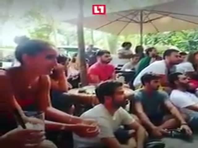 Болельщики смотрят матч в одном из кафе в Барселоне