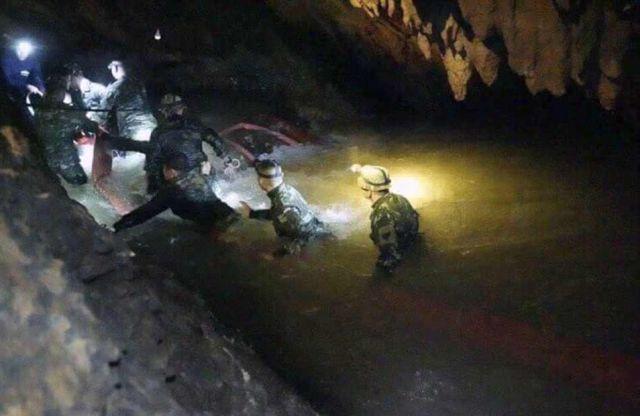 12 детей провели в пещере 10 дней, но спасти их смогут только через несколько месяцев (3 фото + видео)