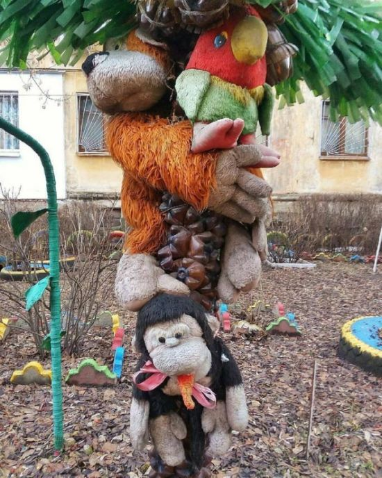 Странные инсталляции из мягких игрушек во дворах (20 фото)