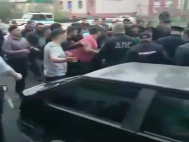 Толпа чуть не линчевала водителя, сбившего двух пешеходов