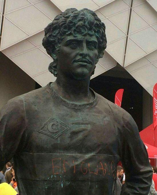 """Полиция задержала вандала, написавшего """"England"""" на памятнике Фёдору Черенкову (4 фото + 2 видео)"""