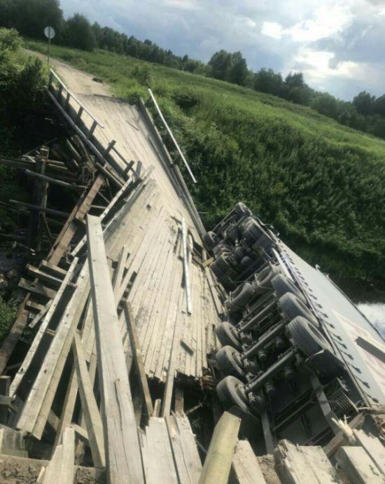 Старая деревянная переправа не выдержала нагрузки (2 фото)