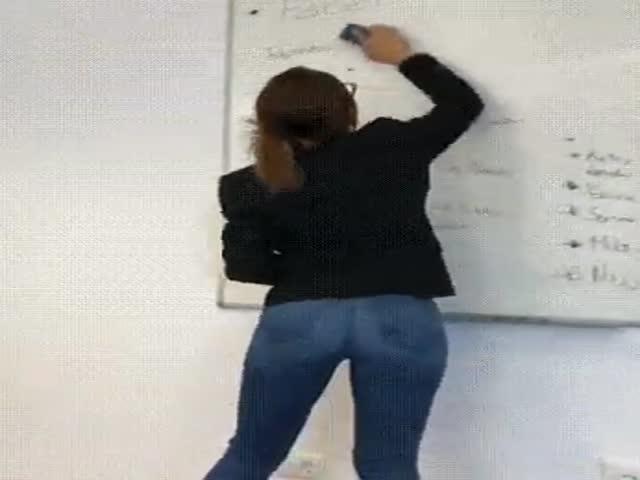 Учительница стирает записи с доски
