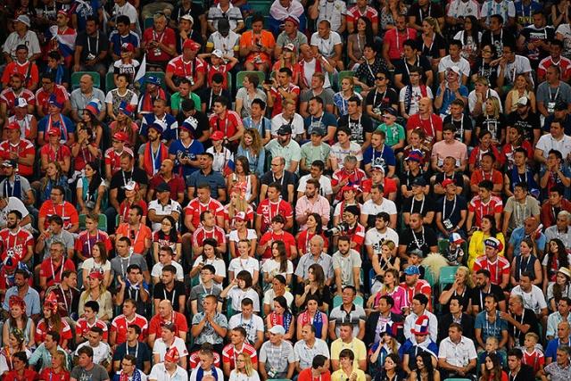 Российские болельщики убрали за собой трибуны после матча (2 фото)
