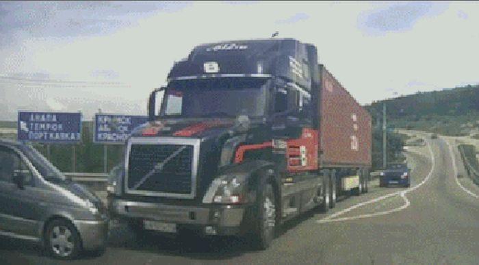 Опасные моменты на дороге (17 гифок)