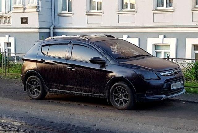 Дорожники залили машины битумом в центре Омска (6 фото)