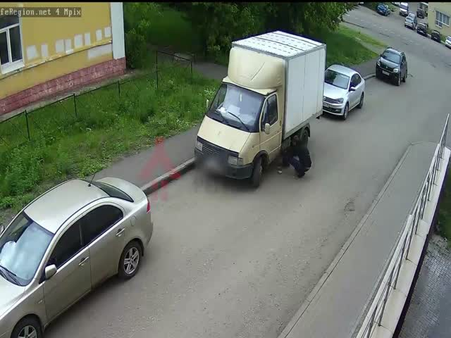Водитель Газели не заметил, как у него сливали бензин