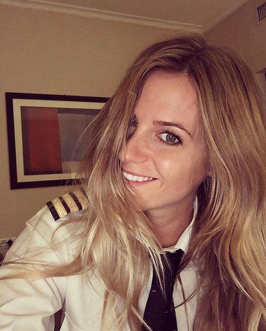 Пилот из Швеции, которая ранее работала парикмахером (23 фото)
