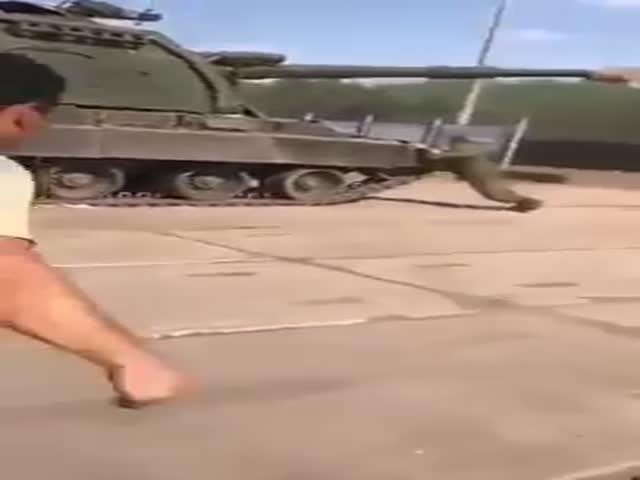 Солдаты остановили гаубицу при помощи карпичей